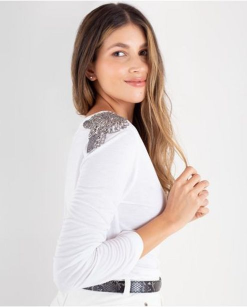 Oferta de Camiseta para mujer cruda manga larga con canutillos sobre los hombros por 129900€