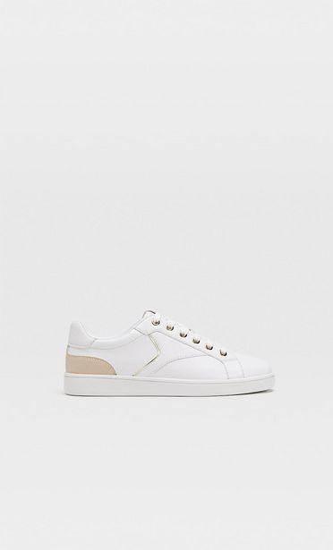 Oferta de Zapatillas blancas detalle talón por 32,99€